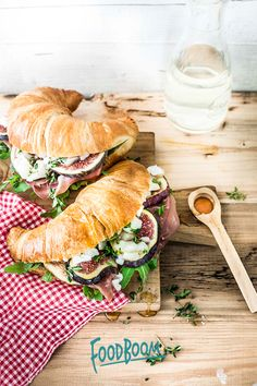 Croissant sandwich with goat cheese and figs Croissant Sandwich, Cuban Sandwich, Grilled Sandwich, Cheese Croissant, Panini Sandwiches, B Food, Sandwich Fillings, The Breakfast Club, Diet And Nutrition