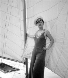 Jeune femme présentant une tenue de yachting. Meulan (Yvelines), vers 1935-1937.