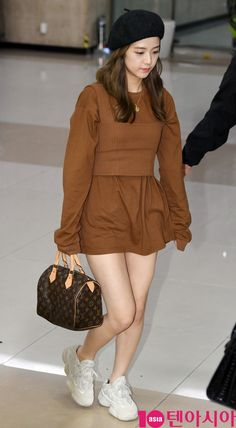 See All BLACKPINK Jisoo Airport Photos at Gimpo International Airport back from Japan on September 2018 after attending KitKat Celebration Party Blackpink Outfits, Casual Outfits, Fashion Outfits, Blackpink Fashion, Korean Fashion, Womens Fashion, Black Pink ジス, Jenny Kim, Blackpink Photos