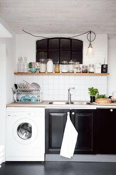 Huset dit familjen Söderberg far så ofta de kan, ligger i Skåne mellan Malmö och Ystad med åkrar, ängar och havet som närmaste grannar. Det är ursprungligen från slutet av 1800-talet, men har byggts om och till i flera omgångar under årens lopp.
