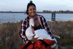 Esta mulher viajou 38 quilômetros para resgatar um cisne envenenado por chumbo - GreenMe Brasil Go To New York, New York S, Living In New York, New York City, Metropolitan Transportation Authority, Mira Nair, Mute Swan, Kindness Of Strangers, Orange Jacket