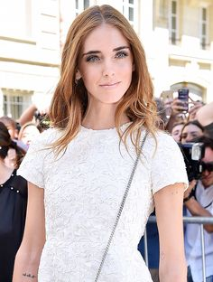 Chiara Ferragni's natural waves, glossy nude lip, and white dress created the ultimate summer vacay look