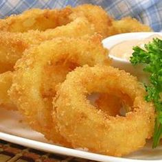 Old Fashioned Onion Rings, photo by This is an actual recipe from a former employee of a popular drive-in restaurant. Crispy coated onion rings like the pro's make! Retro Recipes, Great Recipes, Favorite Recipes, Vintage Recipes, Appetizer Recipes, Snack Recipes, Cooking Recipes, Appetizers, Vegetable Side Dishes