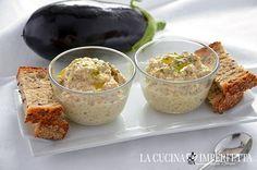 La crema di melanzane, in Medio oriente Baba ganoush, è un delizioso antipasto a base di polpa di melanzana e tahina. E' ideale per accompagnare pane pita o falafel.