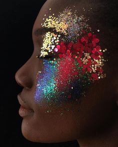 É carnaval!!! Corre lá no site da revista Marie Claire @marieclairebr que te mostro belezas fáceis e baratinhas pra você copiar e arrasar! Tem tonelada de glitter e make feito com stencil.#mua #carnaval #carnaval2017 #beleza #beauty #make #maquigem #makeup #cabelo #hair #moda #braziliancarnival #fashion