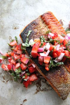 Frugal Food Items - How To Prepare Dinner And Luxuriate In Delightful Meals Without Having Shelling Out A Fortune Crispy Salmon With Strawberry Basil Salsa Salmon Recipes, Fish Recipes, Seafood Recipes, Cooking Recipes, Healthy Recipes, Kitchen Recipes, I Love Food, Good Food, Yummy Food