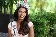 Miss Venezuela protesta ante la crisis en su país sin dejar de ser una reina