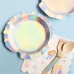 These shiny shell shaped cake plates are sure to brighten up your under the sea birthday party! Mermaid Theme Birthday, Party Favors For Kids Birthday, Little Mermaid Birthday, Birthday Party Tables, Carnival Birthday Parties, Birthday Bash, Birthday Cakes, Mermaid Table Decorations, Little Mermaid Centerpieces