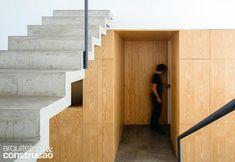 Painéis de pínus revestem o volume reservado aos quartos. (Divulgação/Pedro Kok)