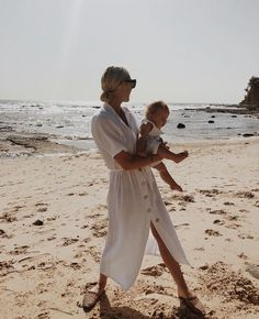 blonde beach mom Source by cassandei pictures Beach Mom, Beach Babies, Foto Baby, Foto Instagram, Instagram Ideas, Family Goals, Beach Photos, Mommy And Me, Mom Style