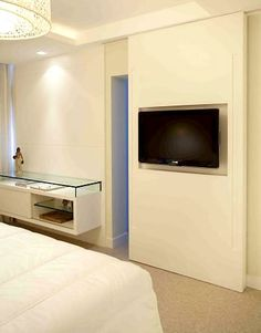 TV de plasma é acoplada à porta de correr separando o quarto do closet. Foto: Divulgação Home Bedroom, Bedroom Decor, Home Theater Tv, Room Setup, Suites, Small House Plans, Home Hacks, Home Interior Design, Small Spaces
