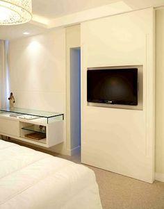 TV de plasma é acoplada à porta de correr separando o quarto do closet. Foto: Divulgação
