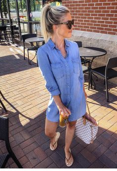 Errand running outfit but I usually don't do flip flops bc they really aren't good for your feet Denim Shirt Dress Outfit, Outfit Zusammenstellen, Chambray Dress, Jean Shirt Dress, Denim Dresses, Sheath Dresses, Summer Dress Outfits, Spring Outfits, Casual Outfits