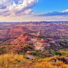 Painted Canyon Overlook at Theodore Roosevelt National Park in North Dakota. What a stunner! Oh The Places You'll Go, Places To Travel, Places To Visit, Dakota Do Norte, South Dakota Vacation, Theodore Roosevelt National Park, Vacation Spots, Travel Usa, The Great Outdoors
