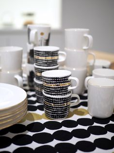 Sisustusinspiraatiota: Marimekko Home Marimekko, Design Blogs, Home Design, Contemporary Mugs, Yellow Kitchen Decor, Bone China Tea Cups, White Home Decor, Pottery Mugs, Kitchen Essentials