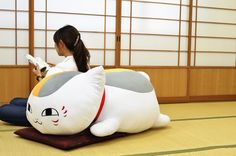 A meter-long Nyanko-Sensei plush! I WANT THIS!!!!!!!!!