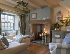 charming cottage living room http://hubz.info/99/workout-plan-to-transform-your-body #CountryDecor