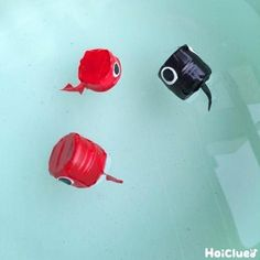 ペットボトルのキャップが、コロンとした見た目のおたまじゃくしに変身!水に浮かべておたまじゃくしすくいをしても楽しめそう♪夏の時期にぴったり!シンプルだけれど楽しみ方いろいろの製作遊び。