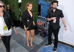Jennifer Lopez yEmily Ratajkowski embelleceieron la alfombra roja de los MTV Movie Awards realizados hoy en elTeatro Nokia de Los Ángeles. En su paso por el red carpet tanto la artista neoyorquina de ascendencia boricua, de 45 años, como la modelo británica, de 23, -que saltó a la fama al aparecer desnuda en […]