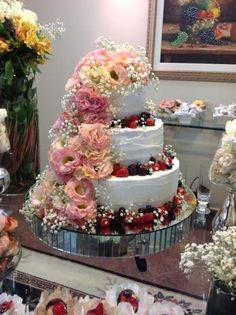 Bolo com flores por Maria de Fátima Cake Designer