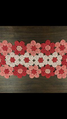 Yo Yo Quilt, Table Runner And Placemats, Craft Show Ideas, Penny Rugs, Sewing Projects For Beginners, Flower Tutorial, Flower Crafts, Fabric Scraps, Quilting Projects