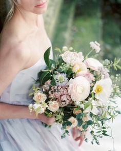 Excited to be visiting the amazing @brambleandwild today to chat about her wedding designs and the @fineartweddingboutique creative retreat! Grace will be joining @wildbunchflowers in helping you create some beautiful florals. Just look at this bouquet Grace made for a shoot I styled with the talented @theresa_furey a while ago. Just divine. . . . . If you want to experience some of Grace's magic book your ticket to the retreat now - link in profile! Whether your a florist looking to enjoy…