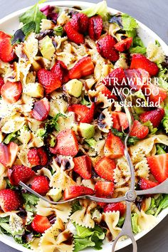 Strawberry Avocado Pasta Salad with Balsamic Glaze — part of The Best Picnic an… Erdbeer-Avocado-Nudelsalat mit Balsamico-Glasur – Teil der besten Picknick- und Potluck-Rezepte Potluck Recipes, Vegetarian Recipes, Cooking Recipes, Healthy Recipes, Best Pasta Salad, Pasta Salad Recipes, Recipe Pasta, Bowtie Pasta Salads, Pasta Salad With Avocado