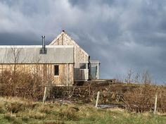 Husabost - The Long House - Rural Design Architects - Isle of Skye and the Highlands and Islands of Scotland Larch Cladding, Exterior Cladding, Long House, Timber Buildings, Rural House, Shed Homes, Prefab Homes, Architect Design, Maine House