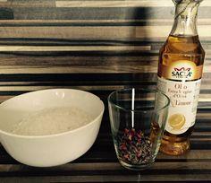 DiY Badesalz mit Wildblüten & Zitronen-Olivenöl... Carrie, Vodka Bottle, Food, Diy Bath Salts, Essen, Meals, Yemek, Eten