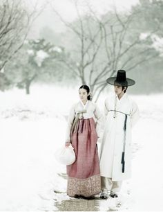Couple Walk in the Snow - woman wearing Korean hanbok Korean Traditional Dress, Traditional Fashion, Traditional Dresses, Geisha, Korean Dress, Korean Outfits, Mode Baroque, Vietnam, Modern Hanbok