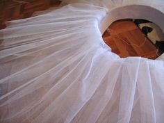 Tutorial para hacer un tutú de ballet de plato con aro. Tutu Ballet, Prada, Dance Crafts, Tulle, Diy Projects, Couture, Halloween, Sewing, Sash Belts