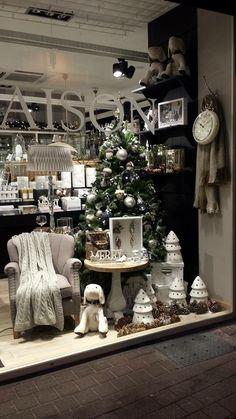 RM Rivera Maison, Christmas Window Display, Visual Display, Reunions, Christmas Settings, Shop Window Displays, Sweet Home, Living Room, House Styles