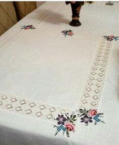 Embroidery On Clothes, Hardanger Embroidery, Moda Emo, Crochet Tablecloth, Macarons, Diy And Crafts, Quilts, Knitting, How To Make