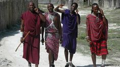 Four men in traditional clothes speaking on cell phones in Africa Copyright: http://creativecommons.org/licenses/by-sa/2.0/deed.de geladen am 6.6.2013