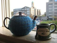 """This week's free tea cosy knitting pattern is the snug fitting """"Tea_Mitten"""" designed by Elisabeth Kleven from Canada. Elisabeth designed this teapot cosy so it wouldn't have… Tea Cosy Knitting Pattern, Mittens Pattern, Knitting Patterns Free, Free Knitting, Free Pattern, Finger Knitting, Scarf Patterns, Crochet Patterns, Tea Blog"""