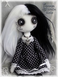 Muñeca de trapo con ojos de botón gótico arte en blanco y