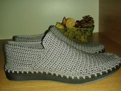 This Pin was discovered by Car - Salvabrani Knit Shoes, Sock Shoes, Shoe Boots, Crochet Boots, Crochet Clothes, Knit Crochet, Knitted Slippers, Mens Slippers, Crochet Flip Flops