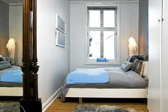 """Soverommet er innredet med deilige og duse farger. Puten med teksten """"Hug me"""" er fra Kremmerhuset, resten av putene er fra Zoeppritz. Lampen er designet av Tord Boontje og er kjøpt på dutchbydesign.com. Det gamle speilet er arvet."""