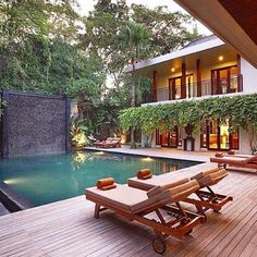 Babando nessa piscina totalmente integrada à natureza!  Foto bela do @maisinteriores #design #decor #piscinadesigndecor #olioliteam