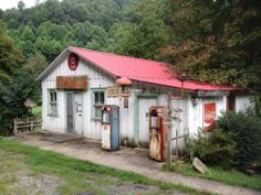 Plemmons Groceries and Feed - Luck, NC. places where has on the things people abandoned. Old General Stores, Old Country Stores, Country Life, Country Roads, Old Buildings, Abandoned Buildings, Abandoned Places, Old Gas Pumps, Vintage Gas Pumps