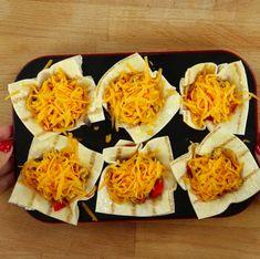 Włóż do piekarnika rozgrzanego do 190 stopni C i piecz przez 20 minut. Cheddar, Tacos, Curry, Mexican, Ethnic Recipes, Food, Curries, Cheddar Cheese, Essen