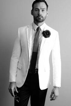Entretemps à Paris, notre mannequin s'apprête pour le shooting avec son costume Chris von Martial !