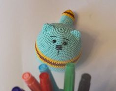 Amigurumi kedi yapılışı. Sizlerin yine hoşuna gideceğini düşündüğümüz çok güzel bir örgü oyuncak açıklamalı modeli var. Amigurumi komik kedi yapıyoruz. Evd
