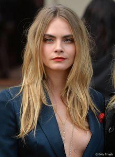 A modelo Cara Delevinge não abre mão do cabelo longo, que é uma de suas marcas registrada