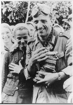 Amazon.com - Photo: Soldaten, Ukrainern, soldiers, civilians, bread, young women, girls, Ukraine, 1941
