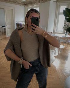 Тепло и стильно - 40 зима 2021 на каждый день #тренды2021 #зима2021 #гардероб2021 #базовыйгардероб2021 #зимнийгардероб2021 #пальто2021 #кашемир #свитер #джинсы #сапоги2021 Fall Winter Outfits, Cashmere, Turtle Neck, Street Style, Paris, Tank Tops, Knitting, Instagram Posts, Sweaters