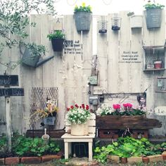 31 Unique Garden Fence Decoration Ideas to Brighten Your Yard - The Trending House Vintage Garden Decor, Vintage Gardening, Organic Gardening, Garden Paths, Garden Art, Garden Design, Flower Planters, Garden Planters, Unique Gardens