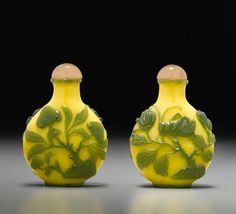 Green Overlay Canary Glass 'Katydid' Snuff Bottle - Likely Imperial Palace Workshop