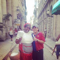 """#TBT De cuando por fin en nuestro último día en Cuba nos encontramos a la vendedora que cantaba la canción del manicero """"...si te quieres con el pico divertir cómprame un cucuruchito de maní...""""  #norecuerdosunombre #bienbuenaondaella #habana / When in our last day in Cuba we finally found this cuteness singing the peanut seller's song """"... If you want to enjoy some time with the mouth you should buy some peanuts from my hand..."""" #somethinglikethat #havana by herrmoses"""