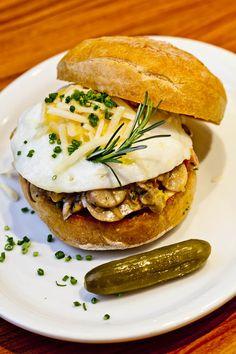 Sanduíche de fricassé de cogumelos com ovo bem molinho e queijo do Z Deli Sanduíches (Foto: Felipe Gombossy / ÉPOCA SP)